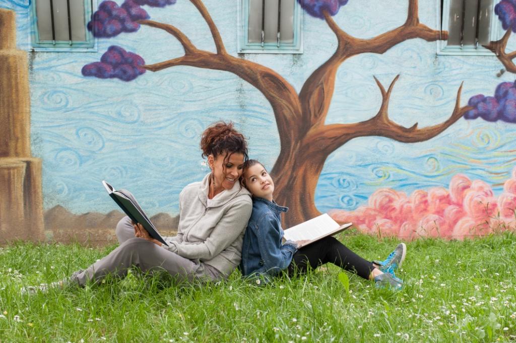 Foto: Alessandro Canova - lezende moeder en kind