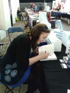 De schrijfster signeert