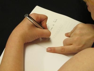 Femke De Vos signeert