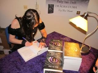 Patty signeert