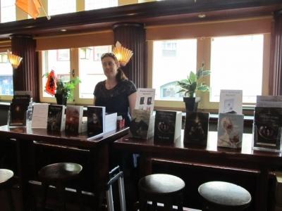 Evi F. Verhasselt achter de tafeltjes met young adults boeken