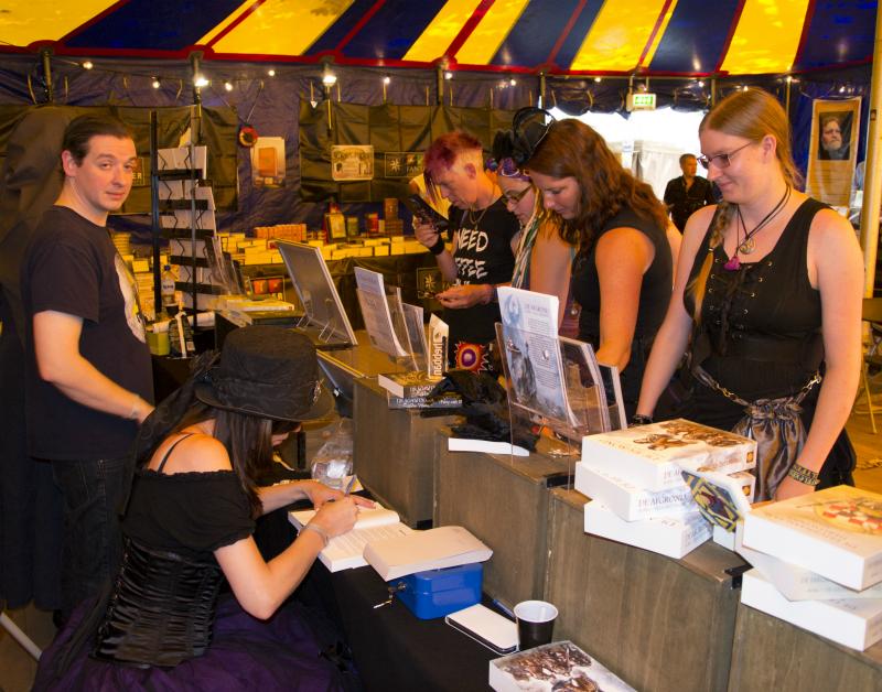 Patty signeert (foto door: Danny Wijnants)