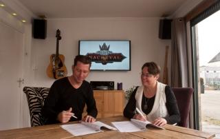 Contractondertekening (foto door: Irma van Rijswijk)