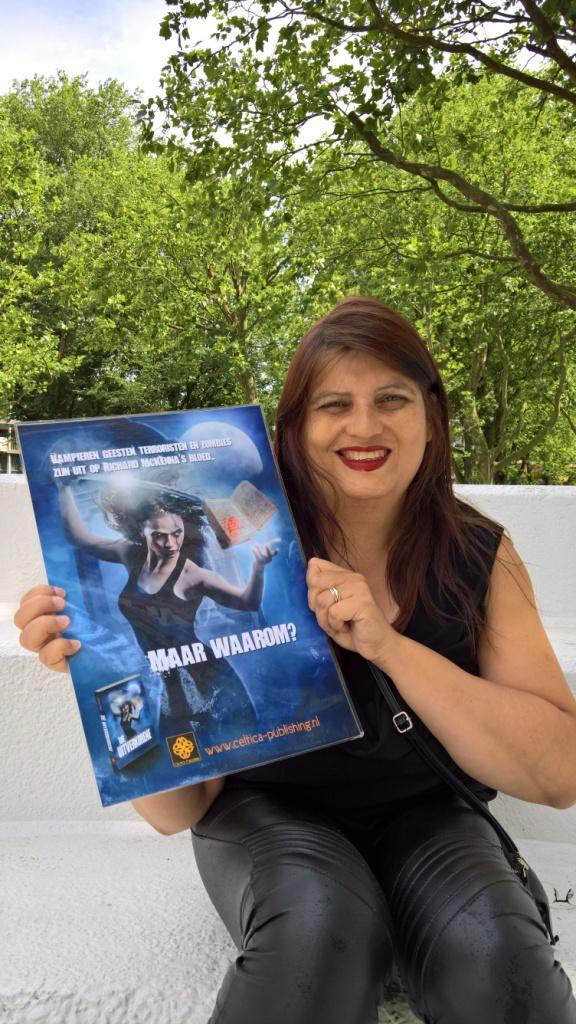 Cynthia Fridsma met poster De Uitverkorene