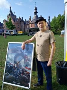 Peter Varg met stoepbord voor kasteel Ooidonk - Elftopia